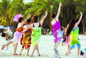 Les touristes chinois sont de plus en plus nombreux à profiter de leurs vacances pour se détendre (放松下来 - fàngsōng xiàlái) et jouir de la vie (享受 - Xiǎngshòu)